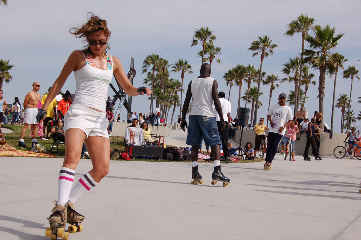 rollerskating-along-the-beach