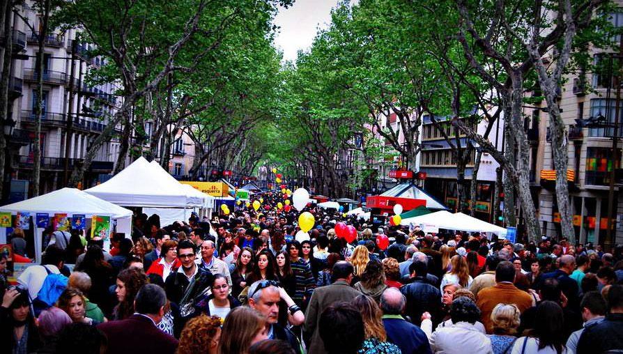 crowded-street-view-of-la-ramblas