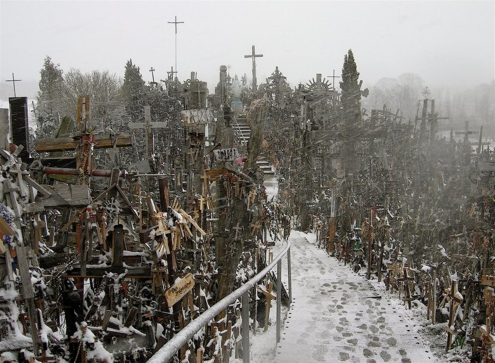 hill-of-crosses-lithuania2