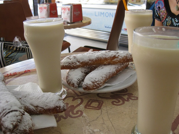 Horchata with fartón