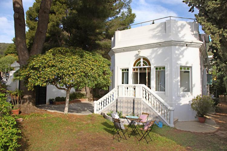Modernist house for rent with garden, terrace and private pool