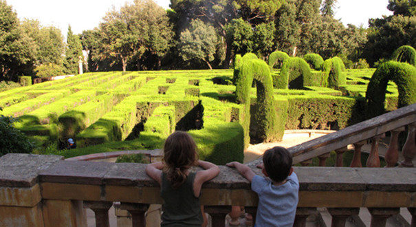 labyrinth-park-children-enjoying-the-view-605x330