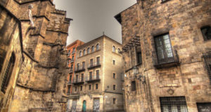 barrio-gotic-neighbourhood-in-barcelona-spain-620x330