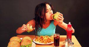vrouw die fastfood eet