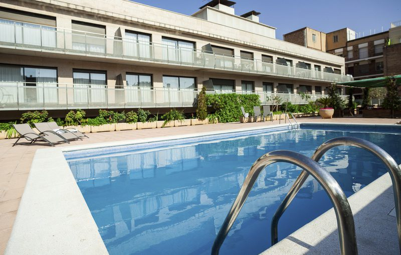 Apartments with a community pool in barcelona barcelona home for Barcelona pool garden 4