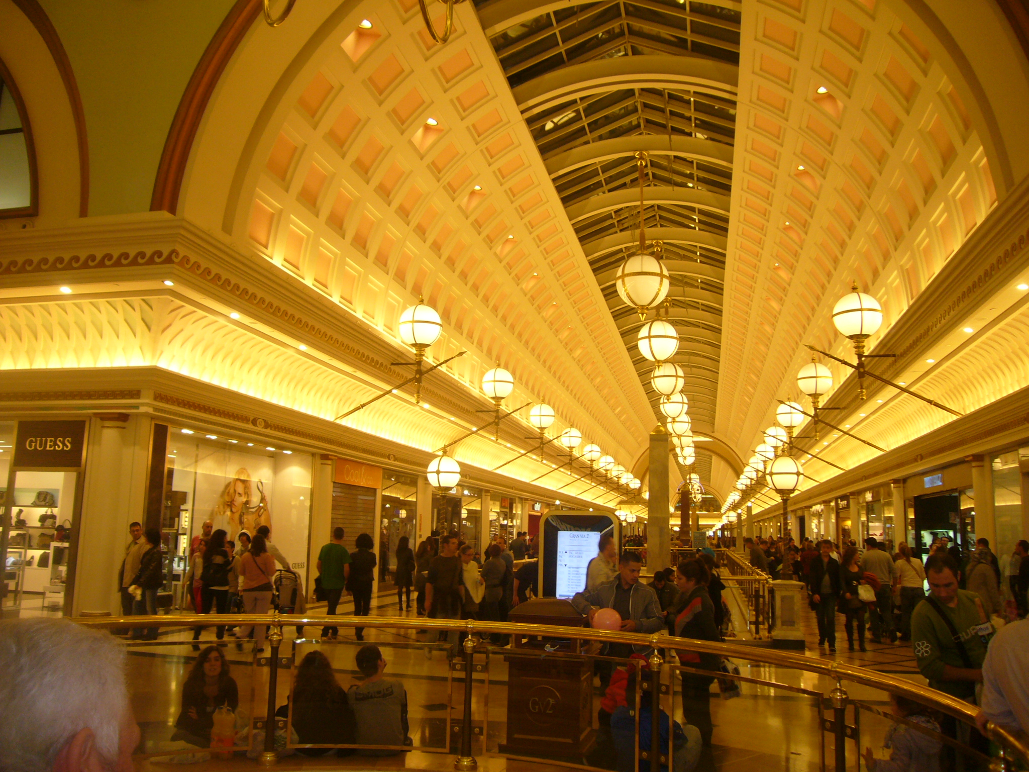 Gran_Via_2_shopping_mall_01