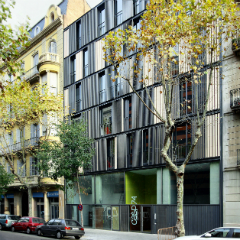Imagen de un edficio de apartamentos minimalista en el Eixample de Barcelona