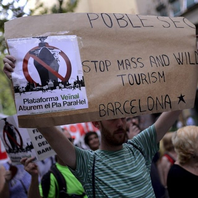 """Thousands of citizens protest against """"Mass Tourism"""" in the Rambla de Barcelona"""