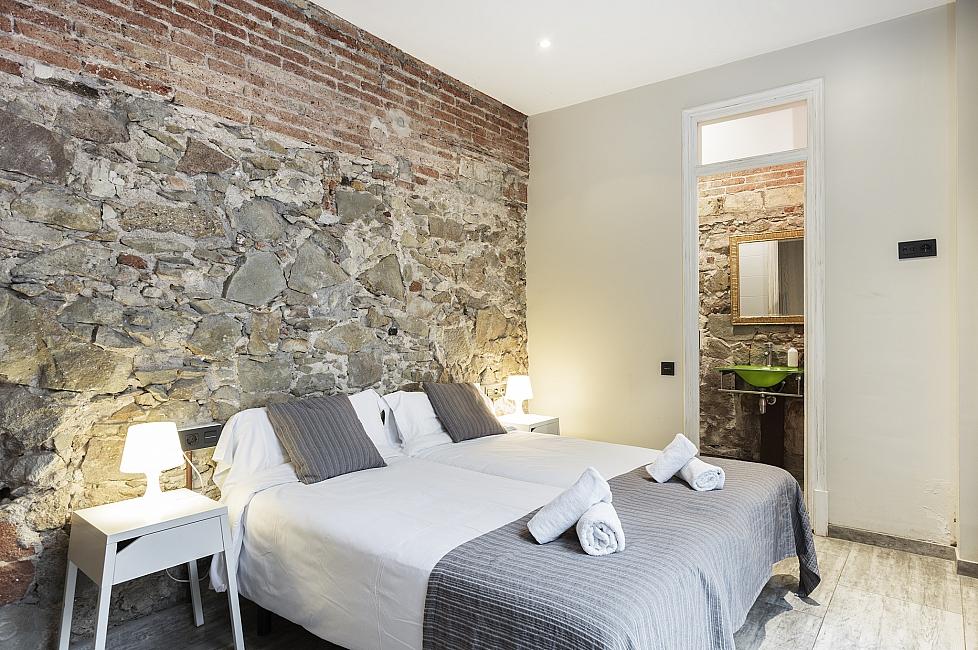 Piso de tres habitaciones en alquiler en sants barcelona for Habitaciones en alquiler