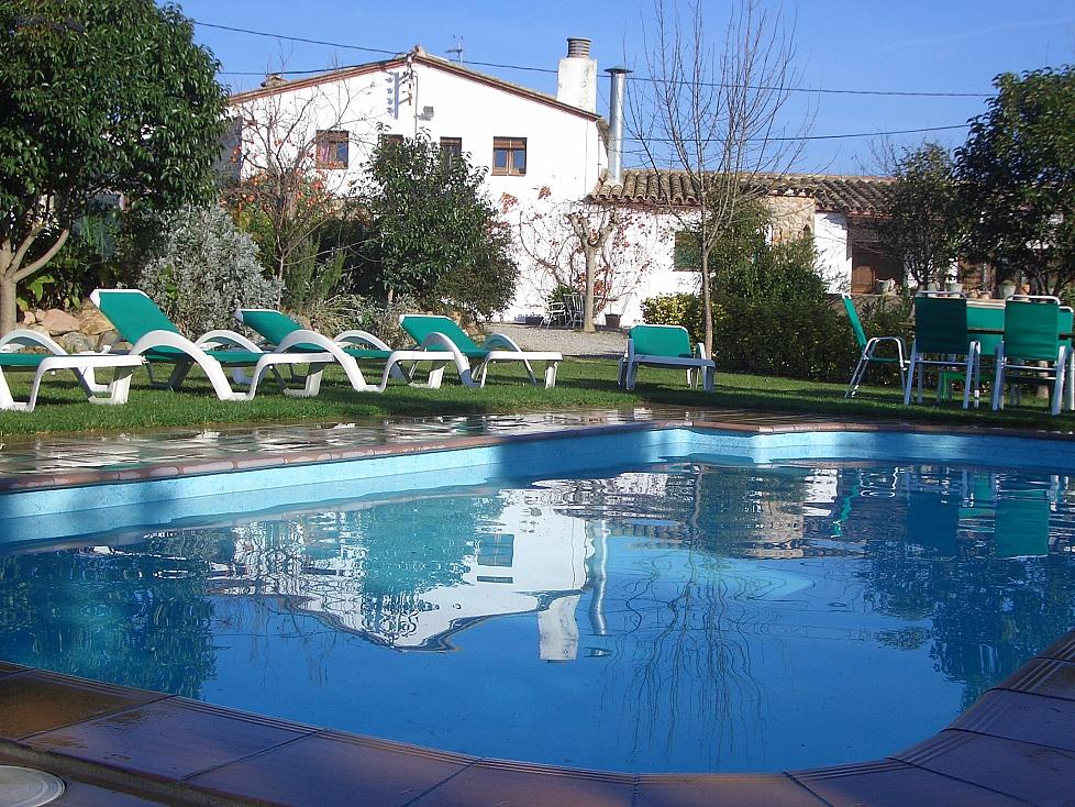 Casa rural con 6 habitaciones y piscina en girona for Casa rural catalunya piscina