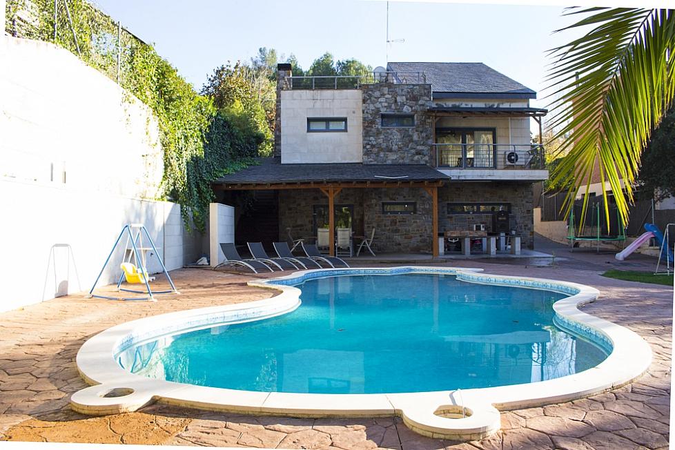 Moderna casa familiar con piscina en matadepera cerca de for Casas con piscina baratas barcelona