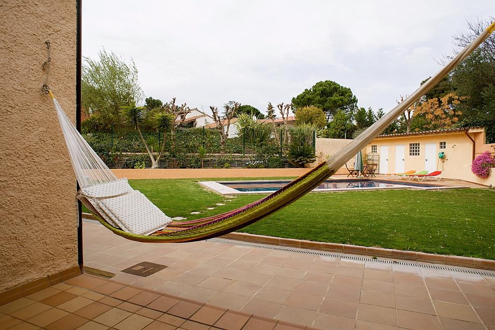 Acogedora casa vacacional con piscina en cerdanyola del for Piscina cerdanyola